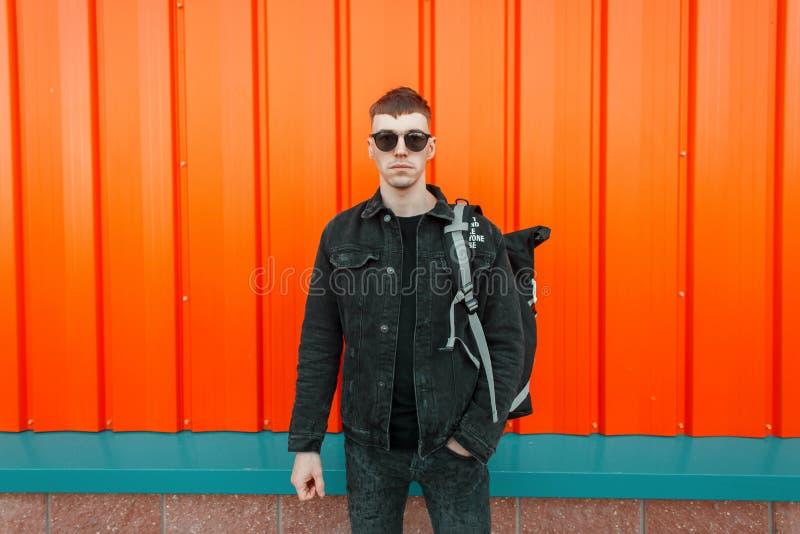 Hübscher moderner junger vorbildlicher Mann mit Sonnenbrille stockbild