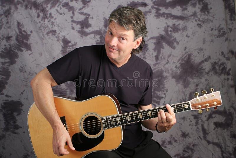 Hübscher Musiker Playing Guitar stockfotos