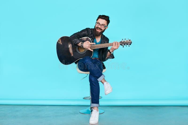 Hübscher Musiker Playing Guitar lizenzfreies stockbild