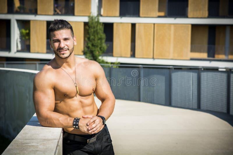 Hübscher muskulöser hemdloser Mann des großen Stücks im Freien herein lizenzfreies stockbild