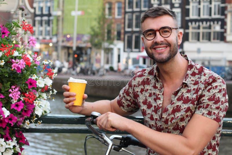Hübscher niederländischer Mann, der in Amsterdam lächelt stockfoto