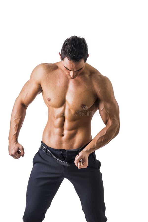Hübscher schulterfreier muskulöser Mann, der, lokalisiert sich auszieht lizenzfreie stockbilder