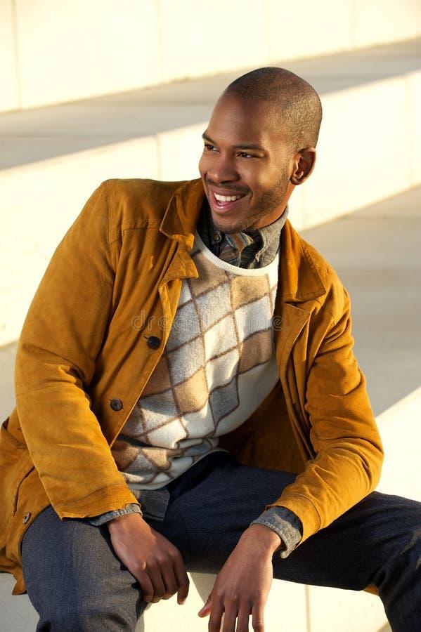 Hübscher schwarzer Mann, der draußen lacht lizenzfreies stockfoto