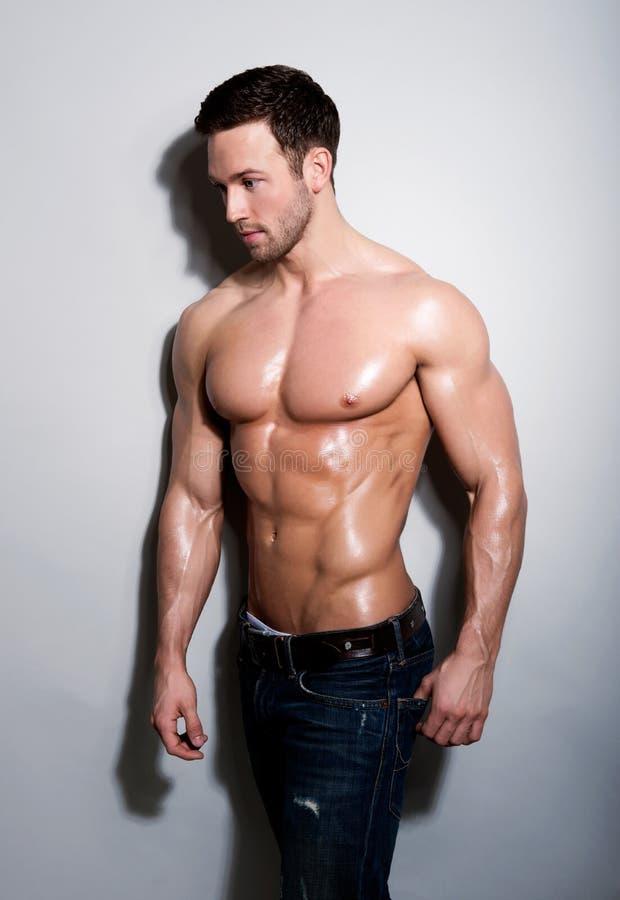 Hübscher sexy junger Mann stockbild