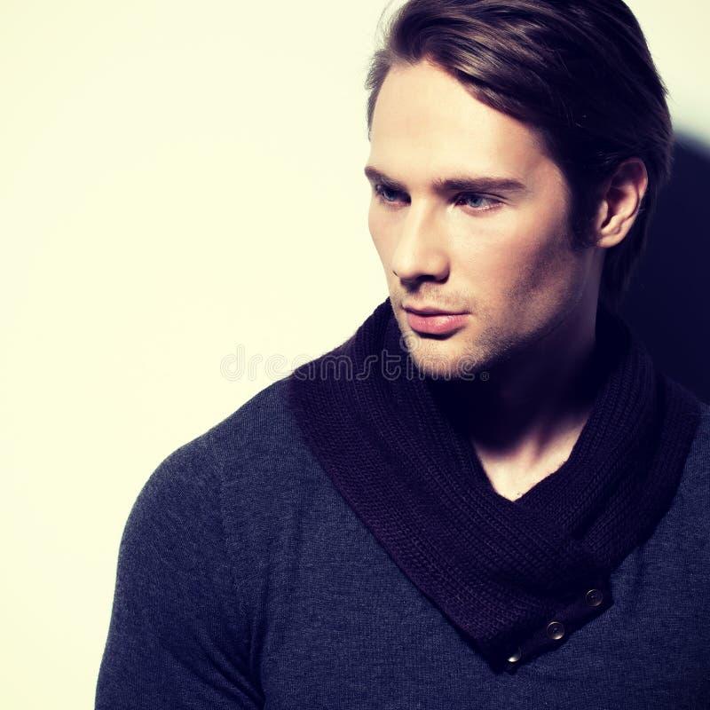 Hübscher sexy Mann im grauen Pullover stockbild