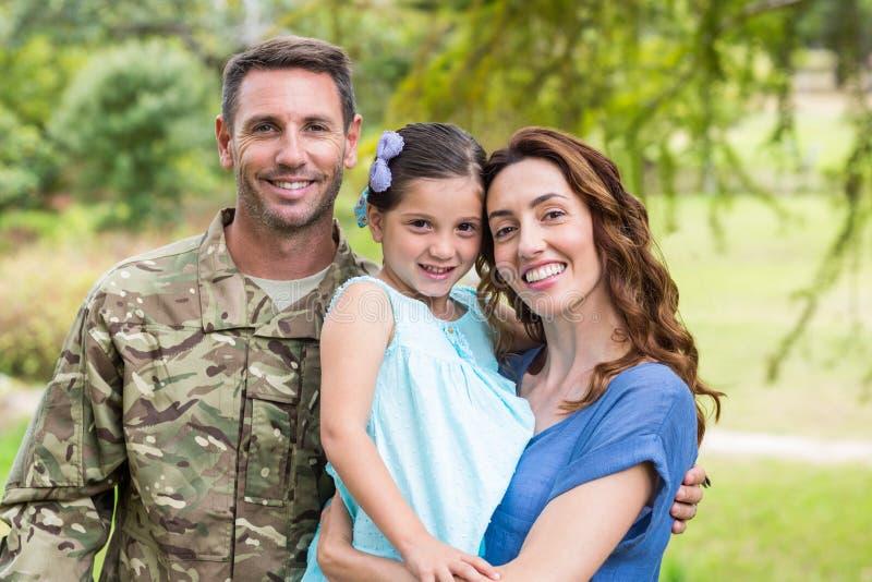 Hübscher Soldat wiedervereinigt mit Familie lizenzfreies stockbild
