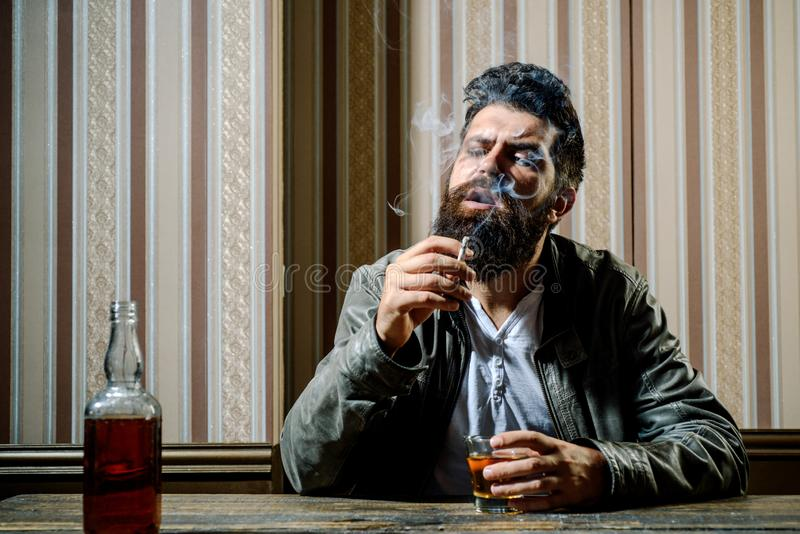 Hübscher stilvoller bärtiger Mann trinkt zu Hause nach der Arbeit Betrunkener Mann Stilvoller Mann Stoppen Sie zu trinken Kein al lizenzfreies stockfoto