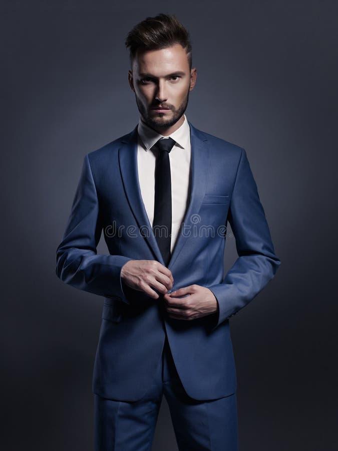 Hübscher stilvoller Mann in der blauen Klage lizenzfreie stockfotos