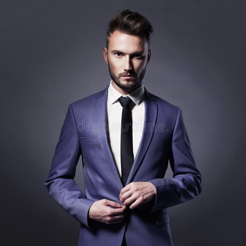 Hübscher stilvoller Mann in der blauen Klage stockbild