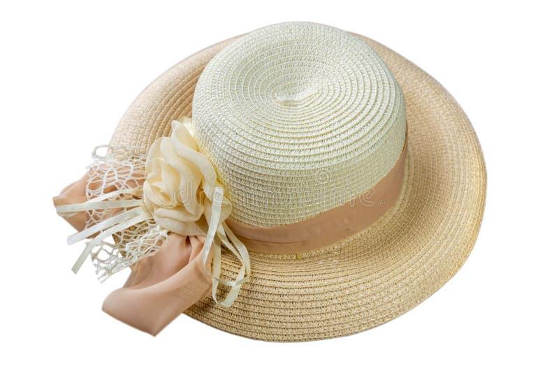 Hübscher Strohhut mit Band und Blume lokalisiert auf weißer Hintergrundstrand-Hutansicht von einer Seite stockfotografie