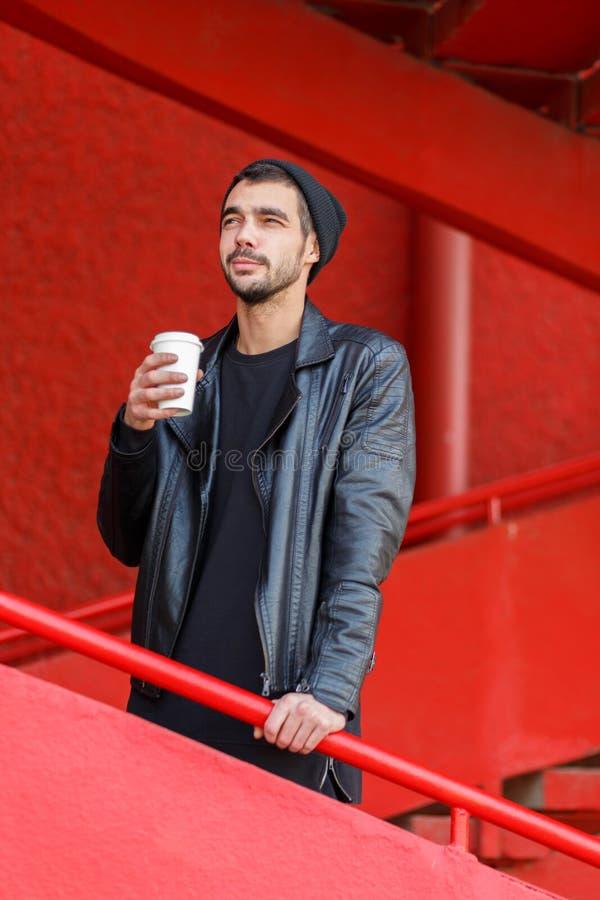 Hübscher trinkender Kaffee des jungen Mannes draußen lizenzfreie stockfotos