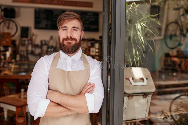 Hübscher und überzeugter Caféinhaber lizenzfreies stockbild