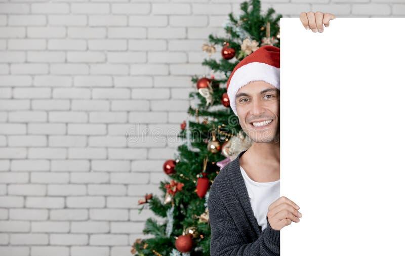 Hübscher und junger kaukasischer Mann, der hält und, der zeigt, um w zu löschen lizenzfreie stockfotografie