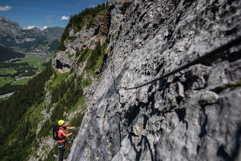 Hübscher, weiblicher Bergsteiger auf a über ferrata lizenzfreie stockfotos