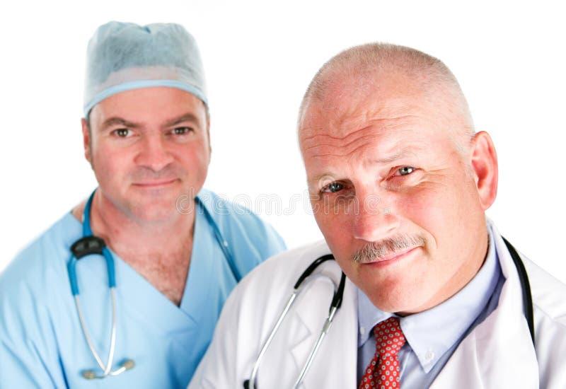 Hübsches Ärzteteam lizenzfreies stockbild