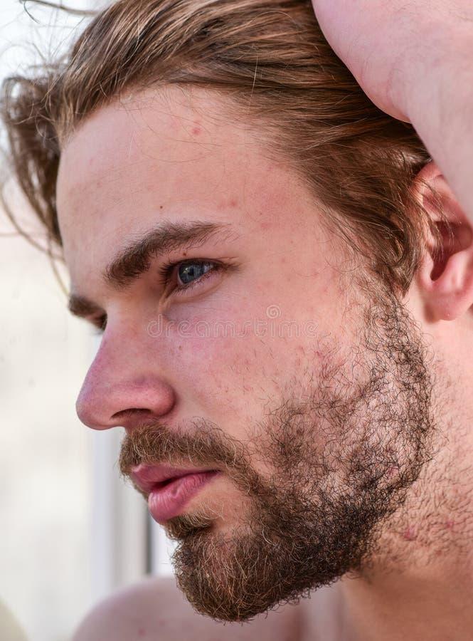 Hübsches bärtiges des Mannes gerade aufwachen Machosorgfalt der attraktiven Erscheinung über Schönheit Wesentliches Praxisschönhe stockfoto