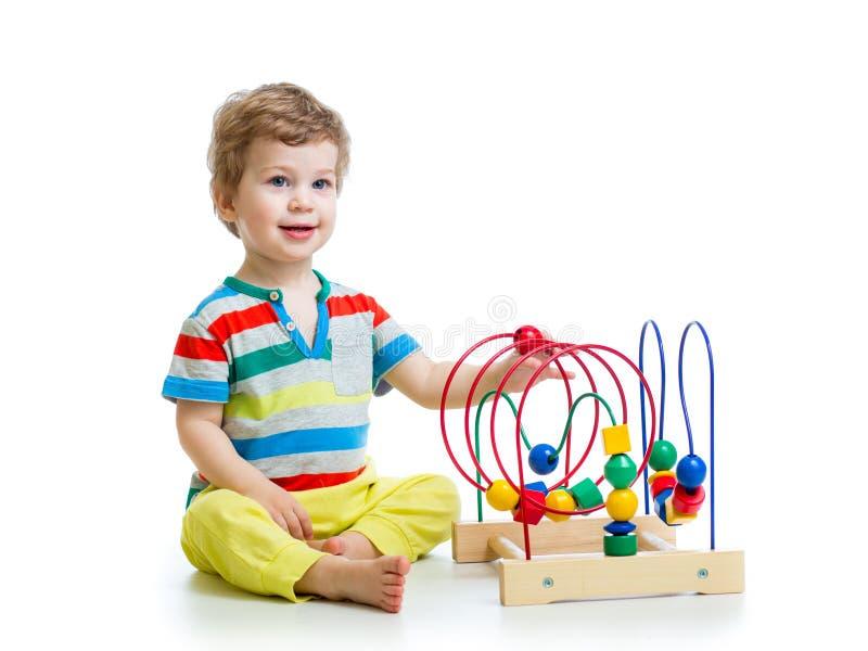 Hübsches Baby mit Farbpädagogischem Spielzeug lizenzfreie stockfotos