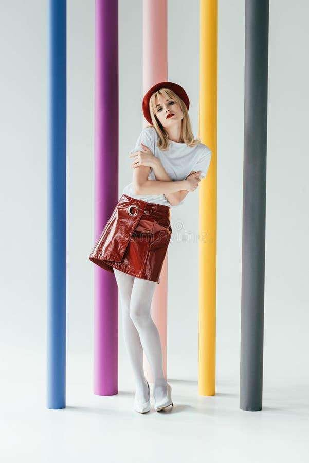 Hübsches blondes Mädchen in der Weinleseartkleidung vor stockfotografie