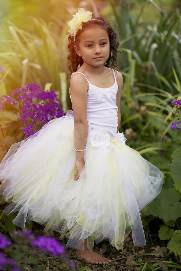 Hübsches Blumenmädchen. stockbild