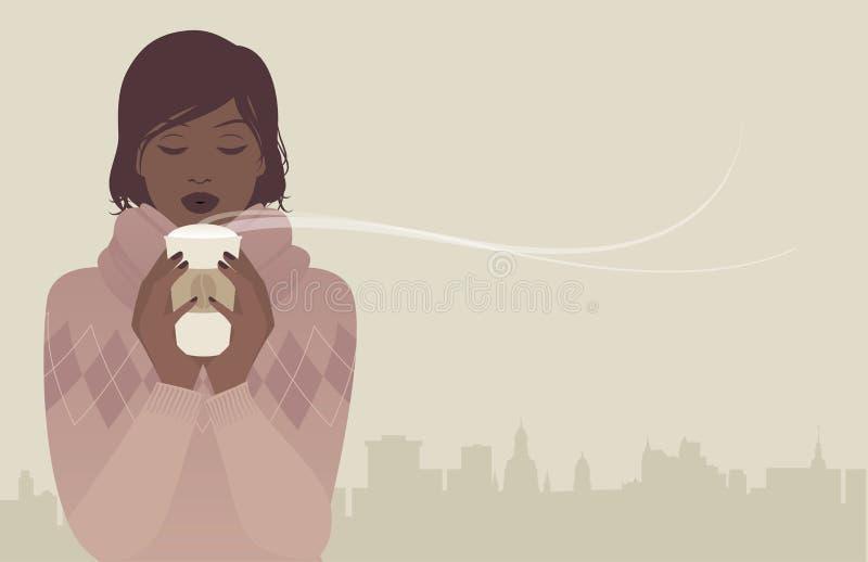 Hübsches Brunettemädchen mit der woolen Strickjacke, einen heißen Kaffee an einem Wintertag trinkend lizenzfreie abbildung