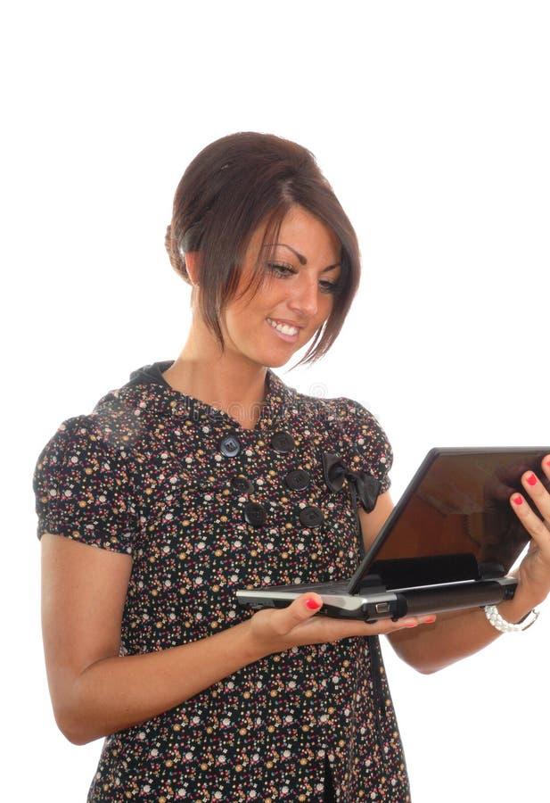 Hübsches Brunettemädchen mit Laptop lizenzfreies stockbild