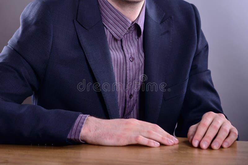 Hübsches buisnessman in der Klage stockfotografie