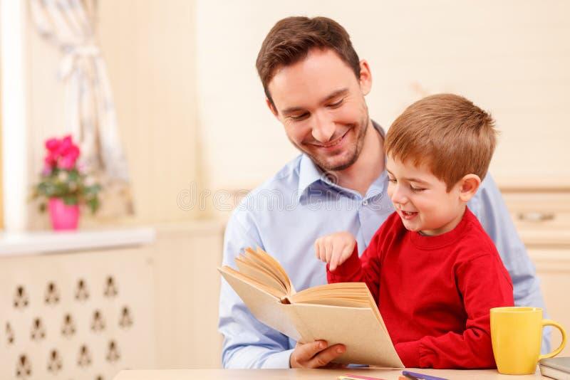 Hübsches Elternteil verbringt Zeit mit seinem Kind stockbilder