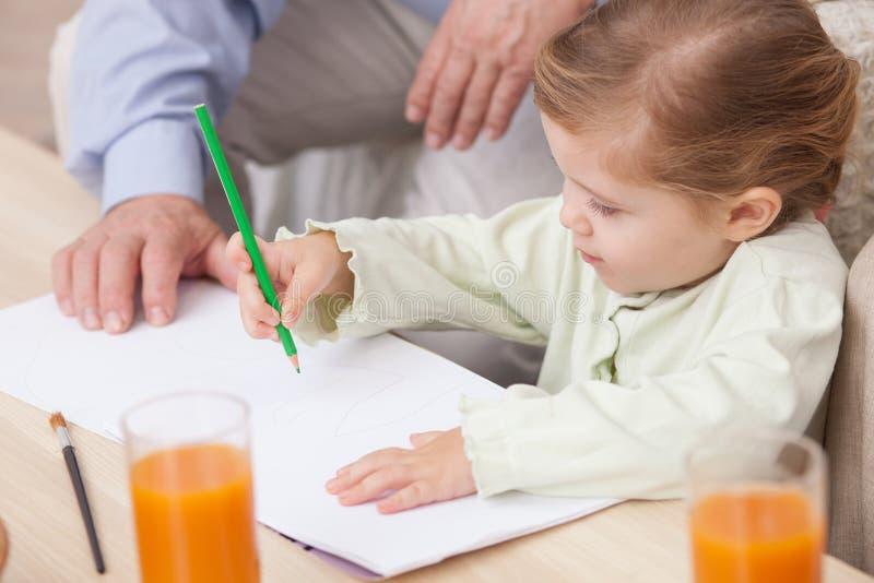 Hübsches Enkelkind lernt, mit zu malen lizenzfreie stockfotos
