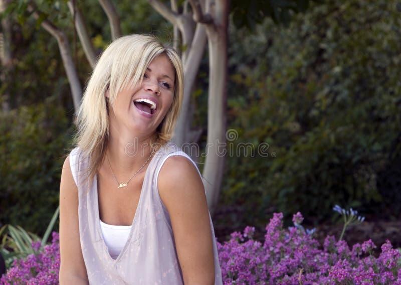 Hübsches Frauen-Lachen stockfotografie