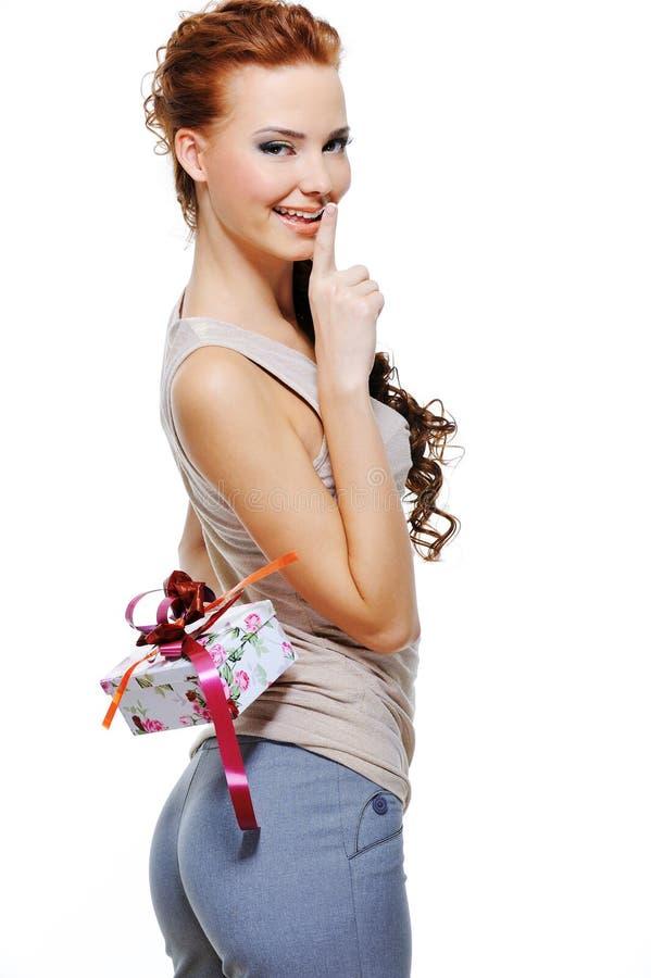 Hübsches Frauenfell hinter Rückseite der anwesende Kasten stockfoto