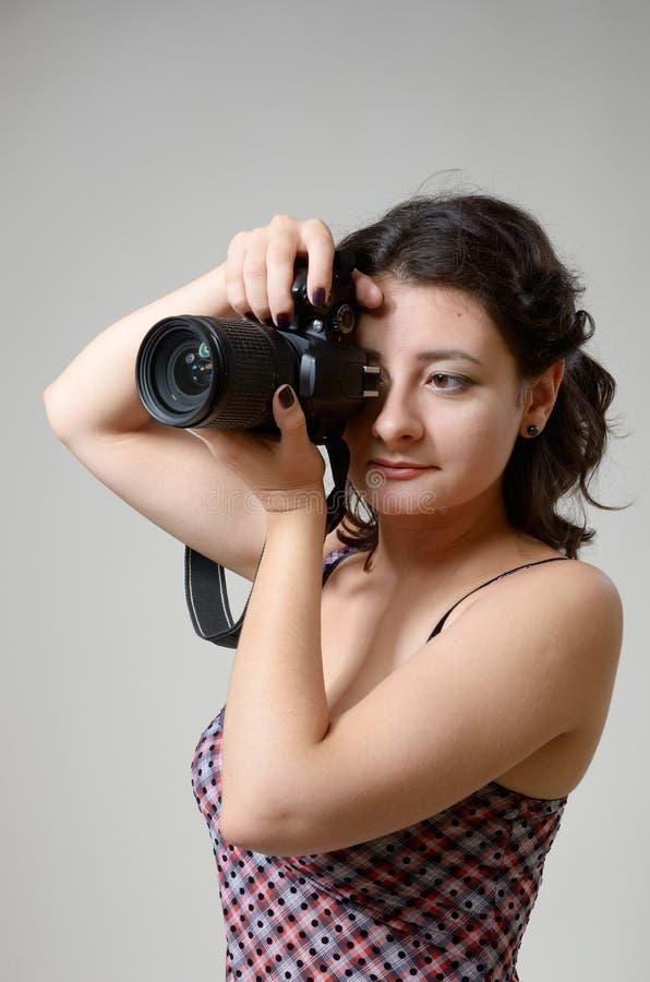 Hübsches Frauenfotografieren stockfotografie