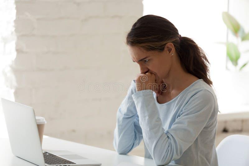 H?bsches Frauenstirnrunzeln, das Bildschirm betrachtet lizenzfreie stockbilder