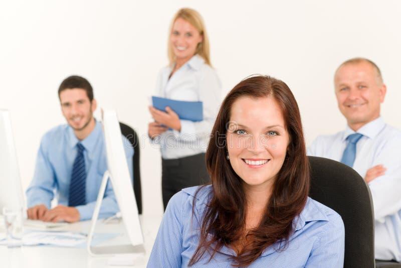 Hübsches Geschäftsfrauportrait des Geschäftsteams lizenzfreie stockbilder