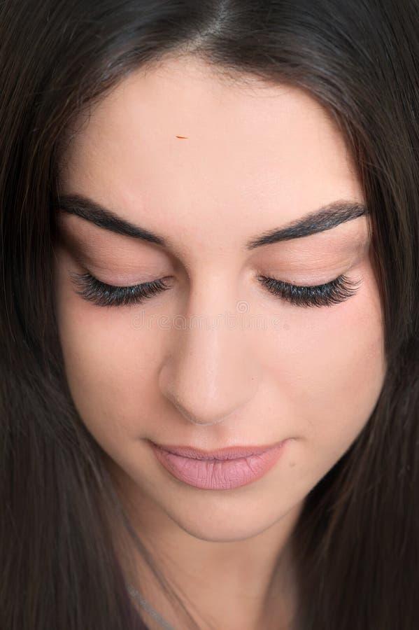 Hübsches Gesicht nach Vergleich von normalen und gefälschten cosmeticly vergrößerten Peitschen stockbild