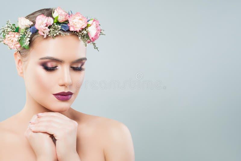 Hübsches Gesichtsnahaufnahmeporträt der jungen Frau Mädchen blüht im Frühjahr Kranz Gesichtsbehandlung, Antialtern und Hautpflege stockbild
