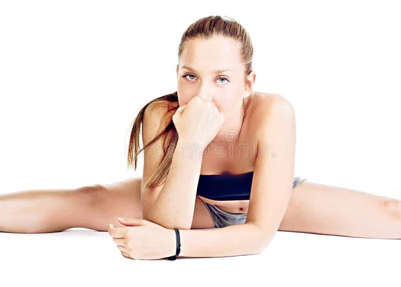 Hübsches girll bilden ihre Yogaübung stockbilder