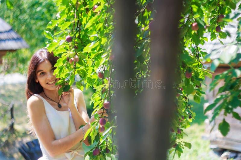 Hübsches glückliches Jugendlichmädchen, das draußen geht lizenzfreie stockfotografie