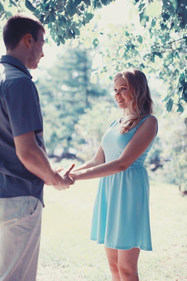Hübsches glückliches Paar in der Liebe stockbild