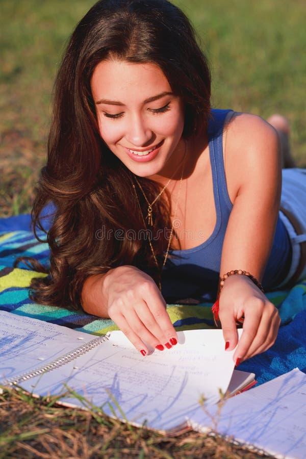 Hübsches Hochschuljugendlich-Studieren im Freien lizenzfreie stockfotografie