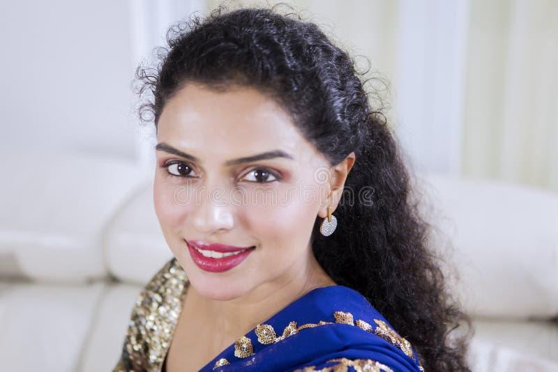 Hübsches indisches Mädchen, welches die Kamera betrachtet stockbilder