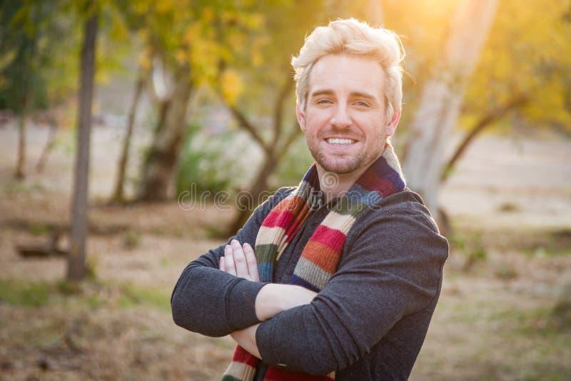 Hübsches junges erwachsener Mannestragendes Schal-Porträt-Freien lizenzfreie stockfotos