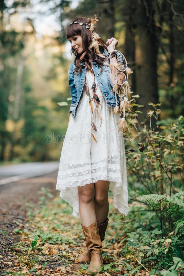 Hübsches junges gehendes Mädchen an der Natur lizenzfreie stockfotografie