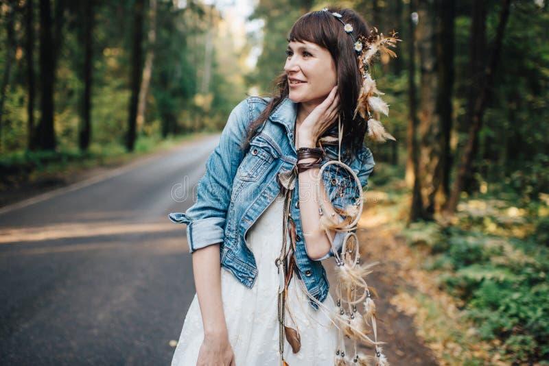Hübsches junges gehendes Mädchen an der Natur lizenzfreie stockfotos