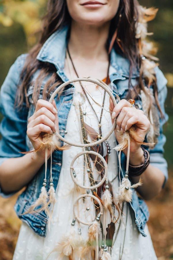 Hübsches junges gehendes Mädchen an der Natur lizenzfreies stockfoto