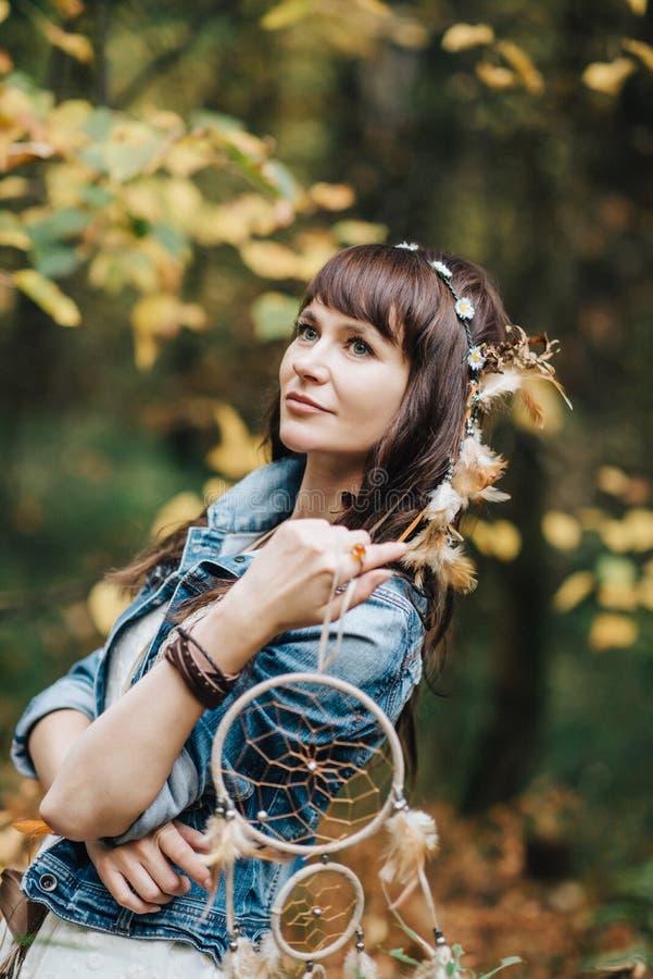 Hübsches junges gehendes Mädchen an der Natur stockfotografie
