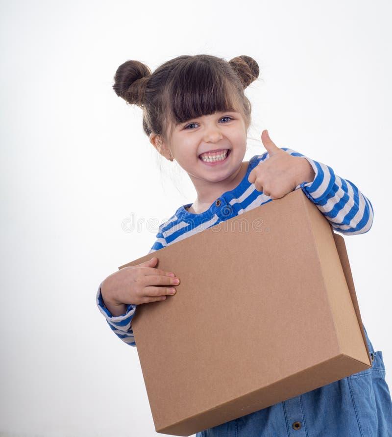 Hübsches junges Mädchen, das Paket über weißem Hintergrund liefert Internet-Käufe stockfoto