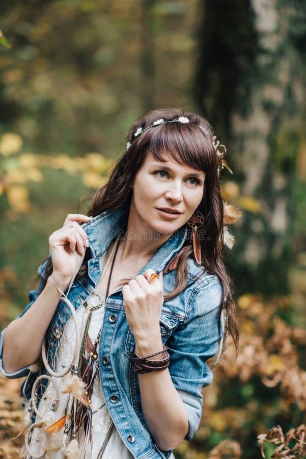 Hübsches junges Mädchen an der Natur stockbilder