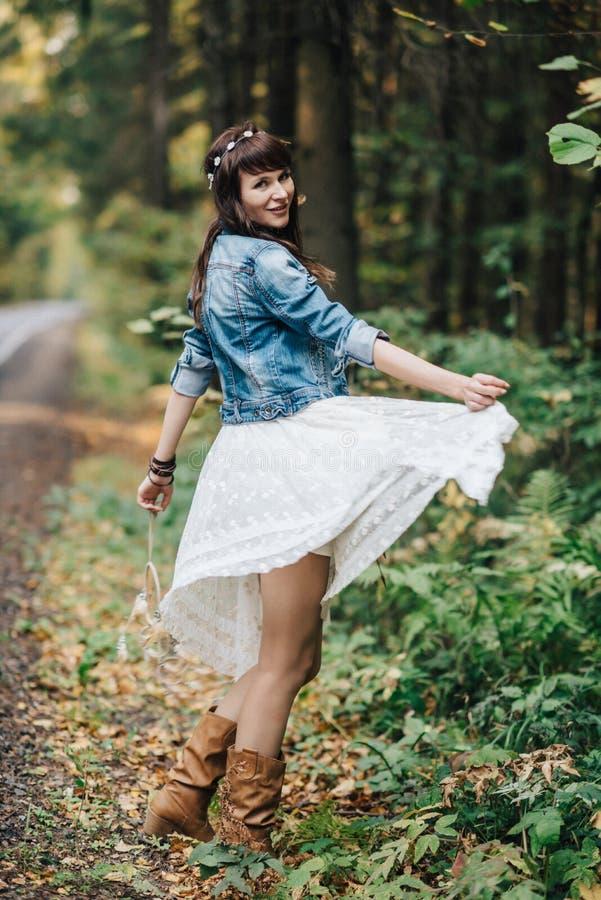 Hübsches junges Mädchen an der Natur stockfoto