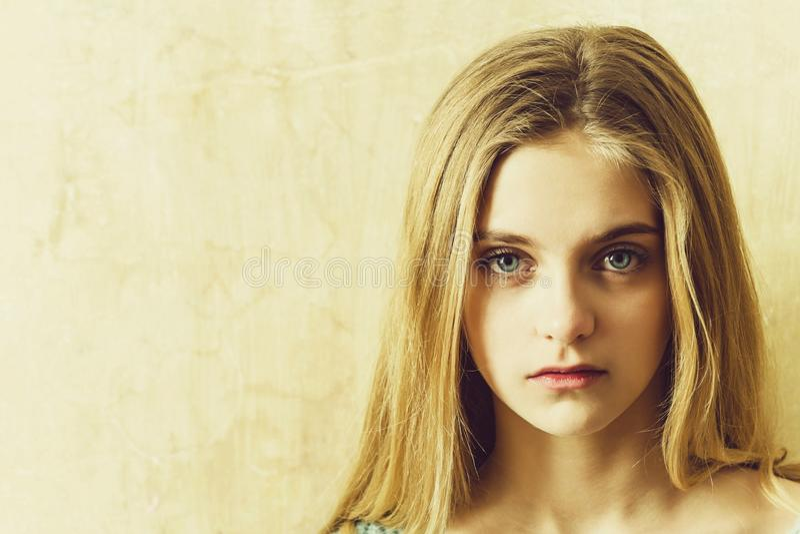 Hübsches junges Mädchen mit dem blonden Haar und den großen blauen Augen lizenzfreie stockbilder