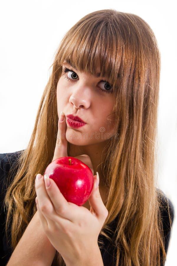 Hübsches, junges Mädchen und roter Apfel lizenzfreies stockbild